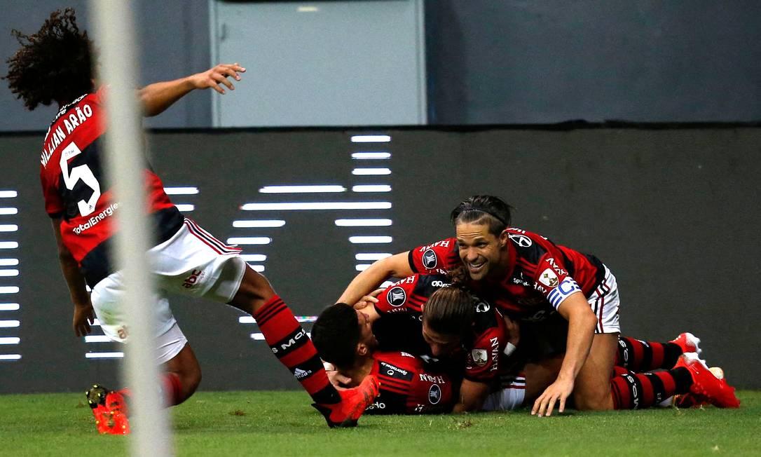Jogadores do Flamengo celebram o gol de Arrascaeta no Mané Garrincha Foto: ADRIANO MACHADO / AFP