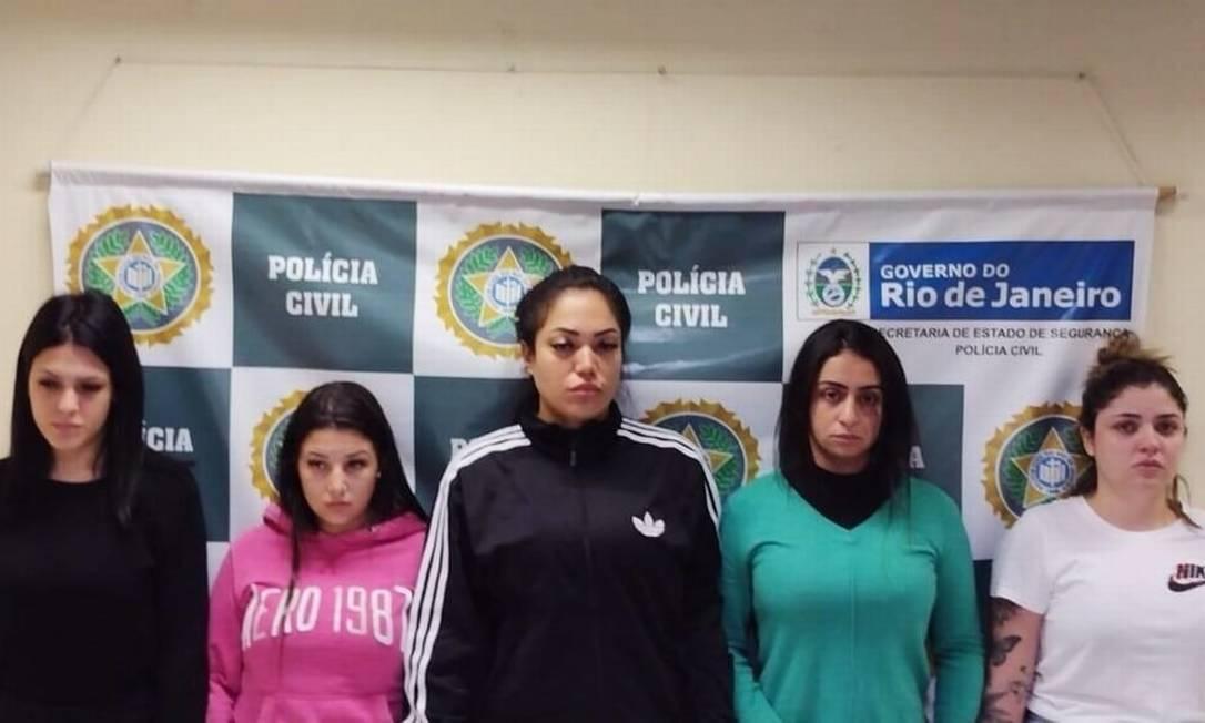 Yasmin, de branco, ao lado das outras quatro jovens presas Foto: Reprodução