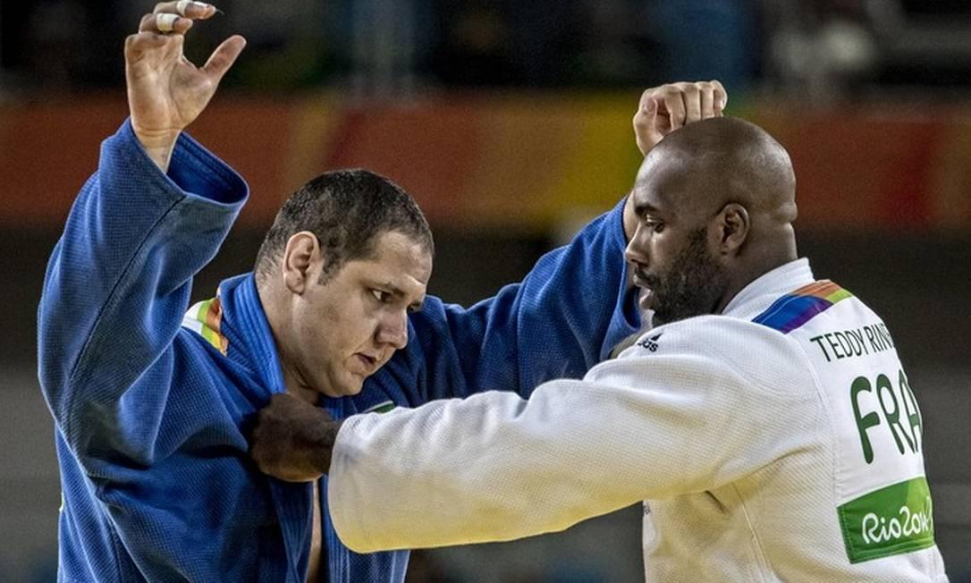 Rafael Silva tenta se livrar da pegada do francês Teddy Riner, no duelo pelas quartas Foto: Marcio Rodrigues/MPIX/CBJ
