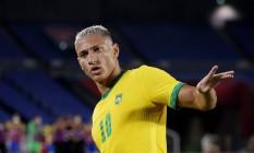 Richarlison, usando a camisa 10, comemora um de seus três gols no primeiro tempo da estreia do Brasil contra a Alemanha na Olimpíada Foto: PHIL NOBLE / REUTERS