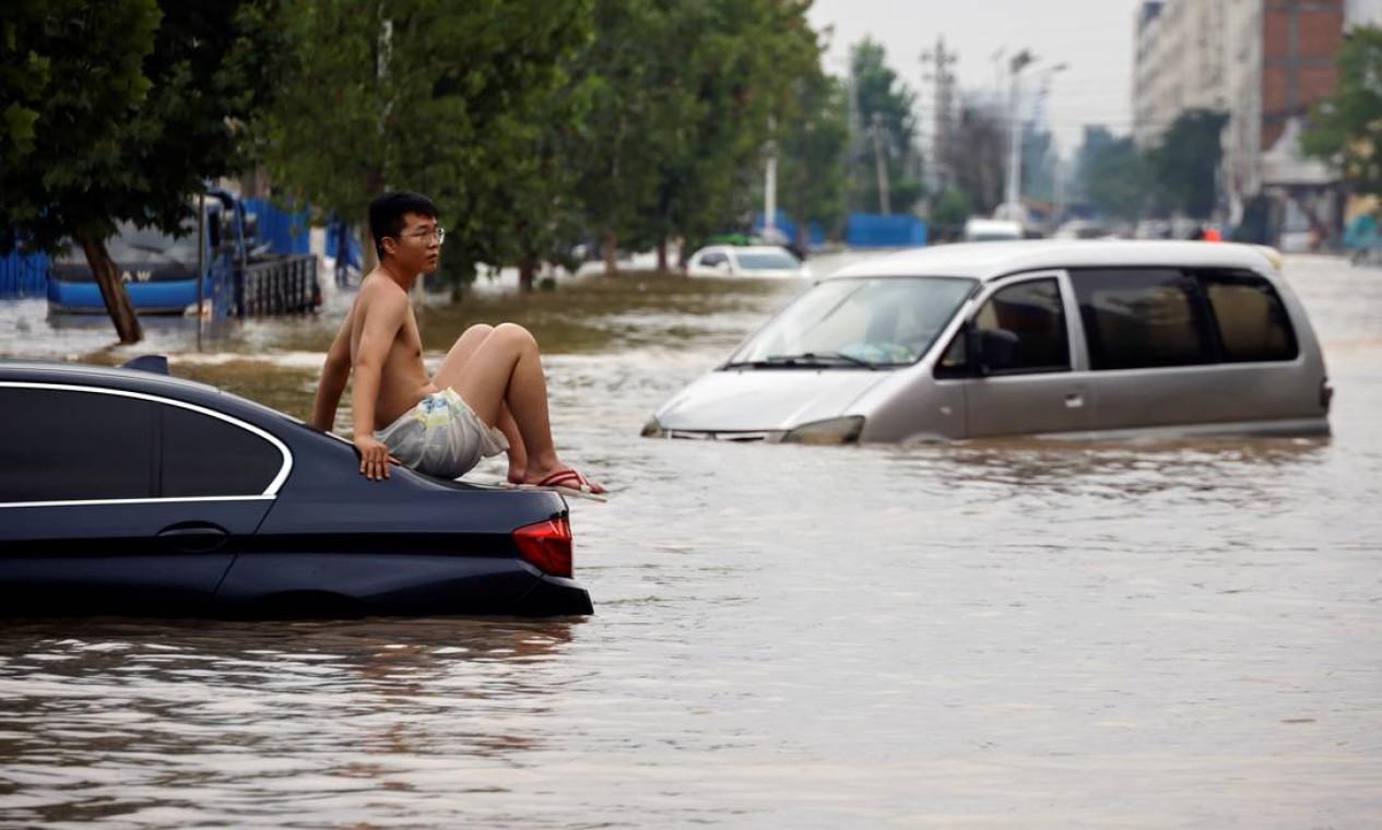 Região de Zhengzhou, província de Henan, na China, foi atingida por fortes chuvas que causaram morte de 25 pessoas e deixou mais de 200 mil desabrigados Foto: ALY SONG / REUTERS