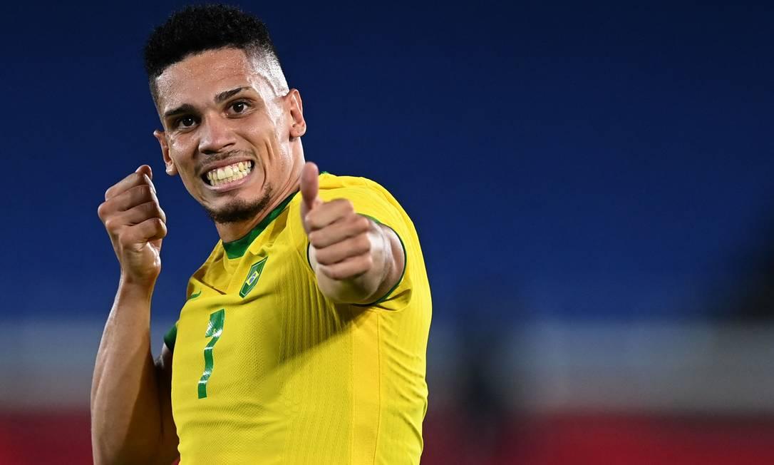 Paulinho comemora gol pelo Brasil atirando a flecha de Oxóssi Foto: DANIEL LEAL-OLIVAS / AFP