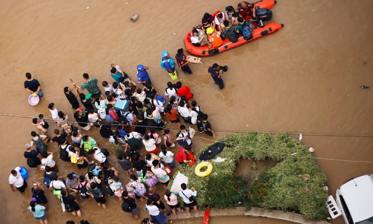 Pessoas ilhadas aguaram resgate em meio à enchente Foto: ALY SONG / REUTERS