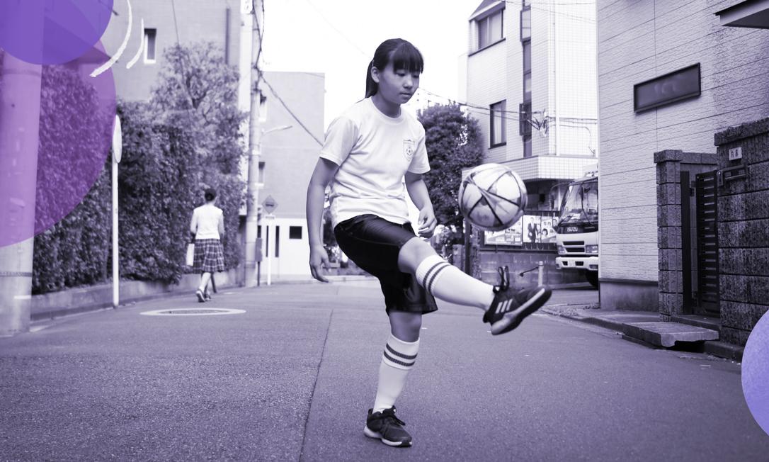 Kurumi Mochizuki, 13 anos, faz embaixadinhas do lado de fora de sua casa, em Tóquio Foto: NORIKO HAYASHI / Arte sobre foto do NYT