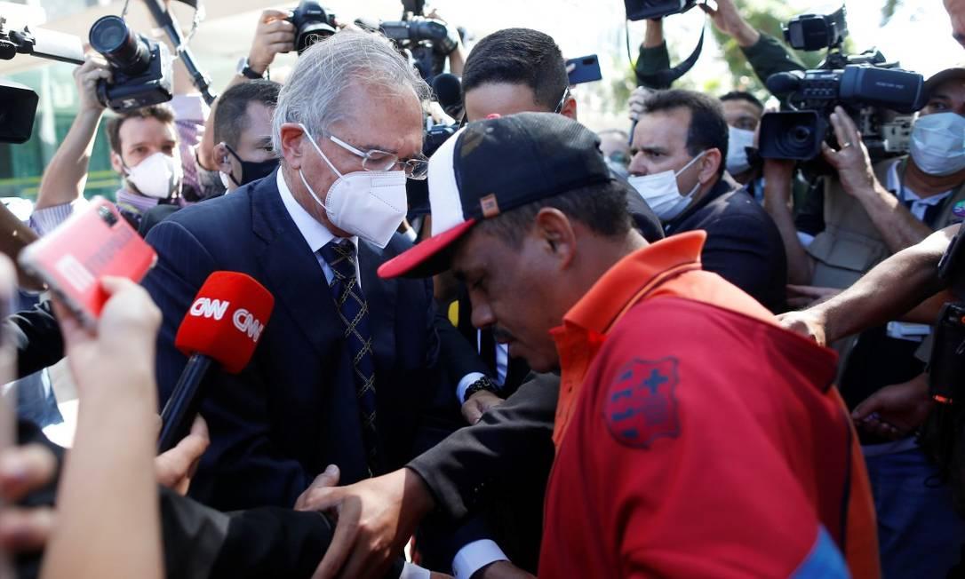 Ministro Paulo Guedes dá dinheiro a desempregado na Esplanada dos Ministérios, em Brasília Foto: ADRIANO MACHADO / REUTERS