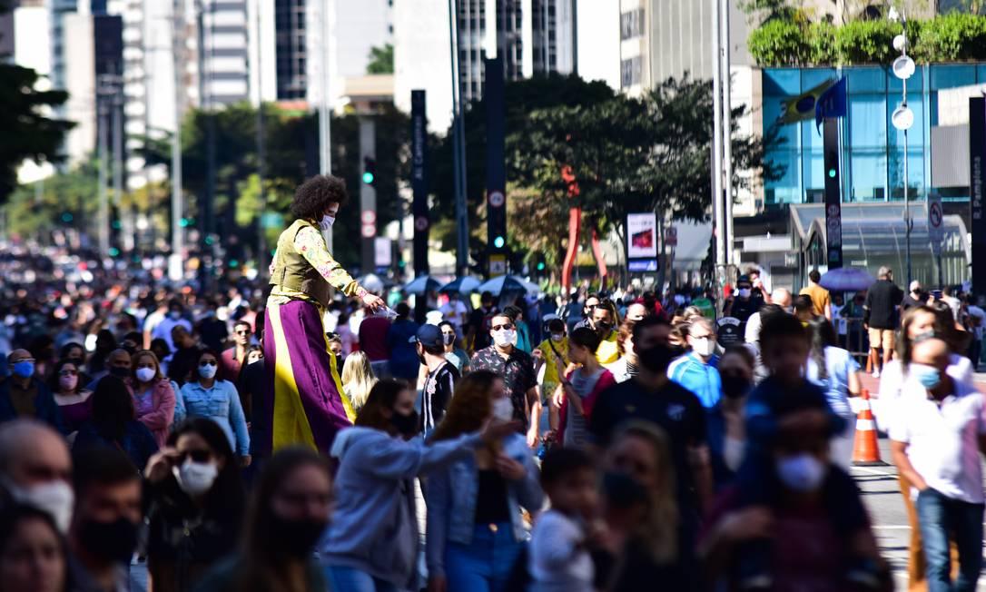 Pessoas caminham de máscara pela Avenida Paulista, em São Paulo Foto: Fotoarena / Agência O Globo
