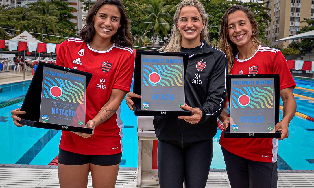 """Nathalia Almeida, Gabrielle Roncatto e Larissa Oliveira receberam """"passaporte simbólico"""" do Flamengo antes de irem para os Jogos Olímpicos em Tóquio. Foto: Paula Reis / Flamengo"""