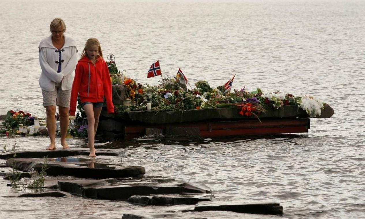 Um barco carregado de velas, presentes e flores foi despachado para homenagear as vítimas Foto: WOLFGANG RATTAY / Reuters