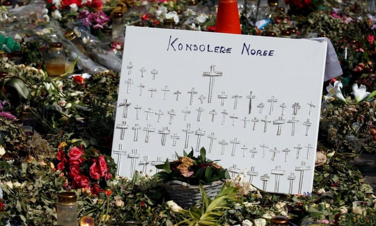 Um santuário foi improvisado pelos parentes e amigos das vítimas na ilha de Utoya, na Noruega Foto: STOYAN NENOV / Reuters