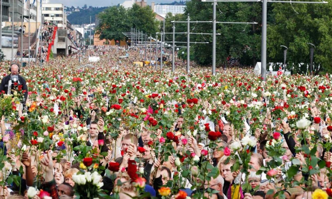 Em 25 de julho de 2011, milhares de pessoas fizeram uma marcha em Oslo, com rosas nas mãos, em homenagem às vítimas Foto: Erlend Aas / Reuters