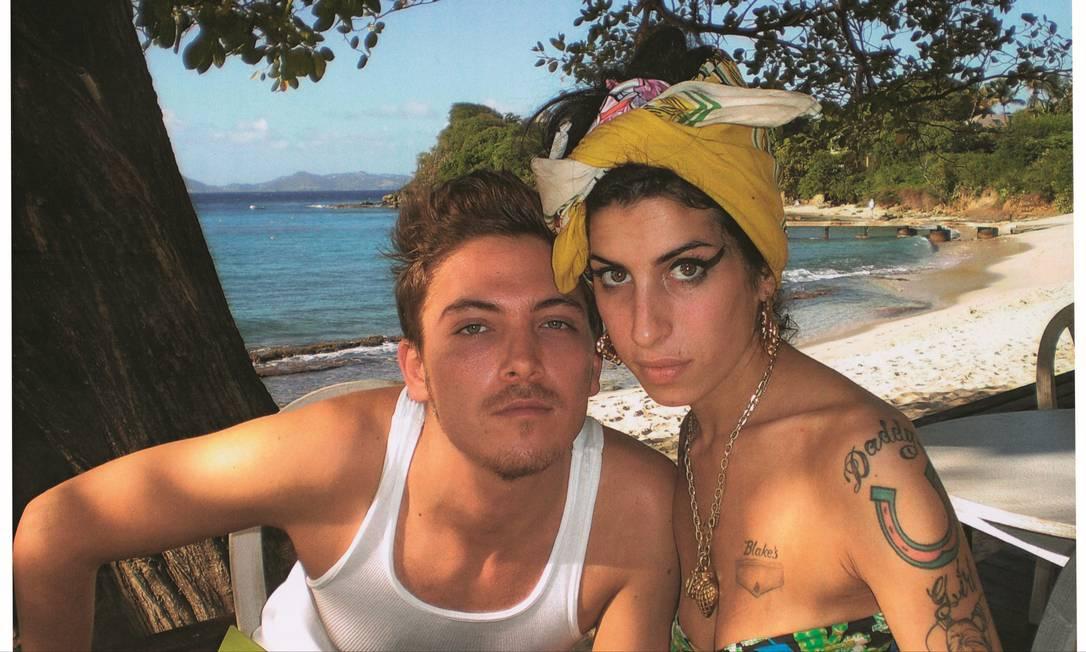 """A cantora inglesa Amy Winehouse e o amigo Tyler James, autor do livro """"Minha Amy"""" Foto: Harvey Brown / Divulgação"""
