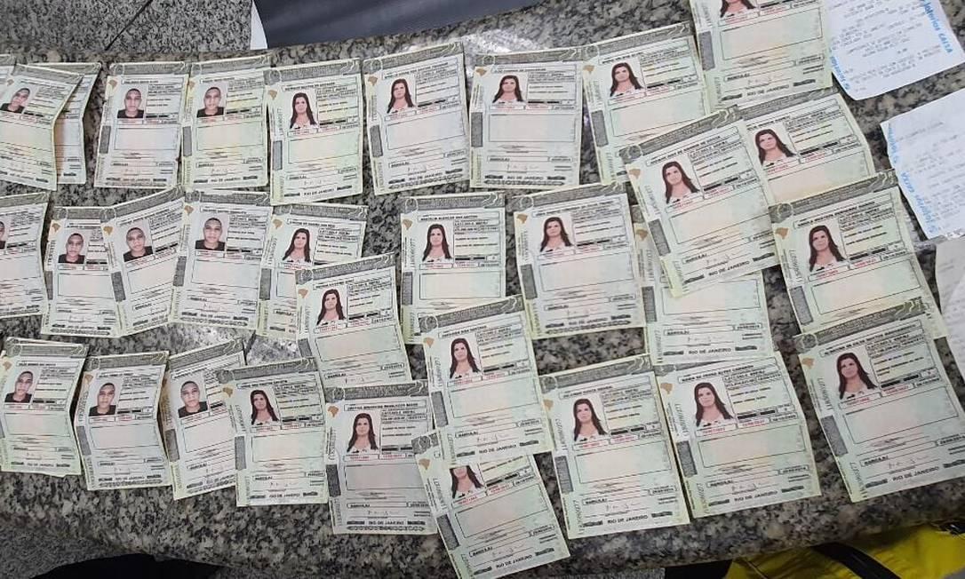 As carteiras de habilitação falsas apreendidas com o casal Foto: Divulgação / Méier Presente