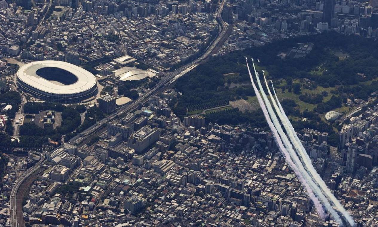 Força Aérea de do Japão faz desenha os anéis olímpicos no céu de Tóquio, antes da abertura das Olimpíadas Foto: MOTOYA TAGUCHI / AFP