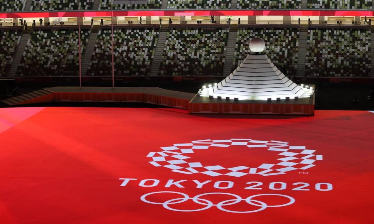 Momento em que a pira olímpica é colocada no interior do estádio, antes da abertura. Nela estão representados o Monte Fuji e o sol Foto: MARKO DJURICA / REUTERS