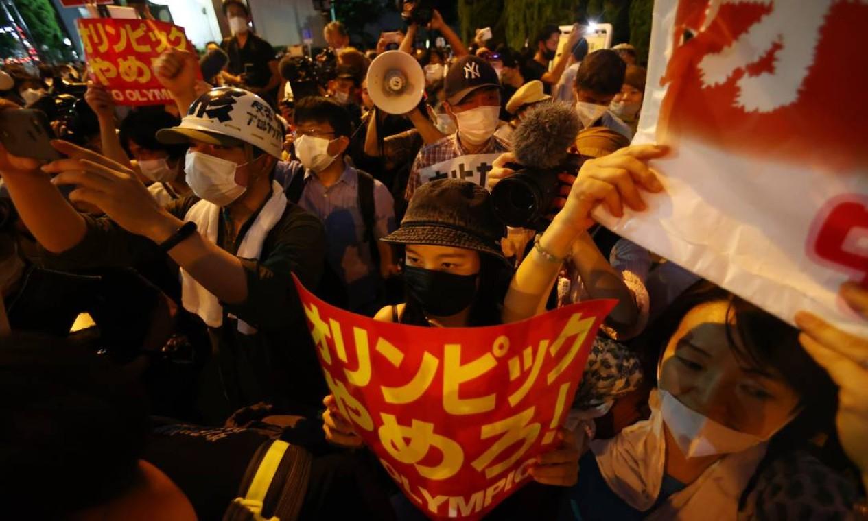 Grupo de japoneses protestam contra os Jogos em frente ao estádio olímpico de Tóquio Foto: ISSEI KATO / REUTERS