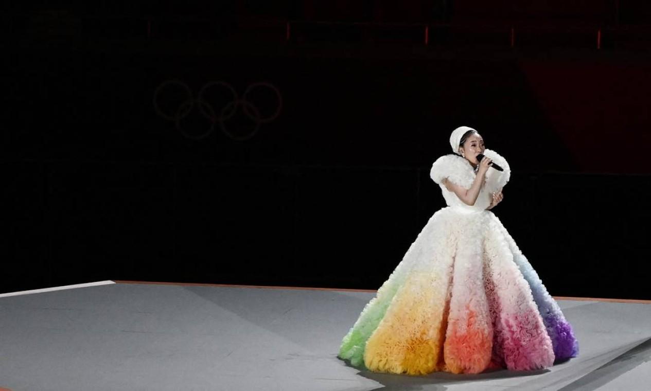 """A cantora japonesa Misia canta o hino nacional japonês """"Kimi Ga Yo"""" durante a abertura dos Jogos Olímpicos de Tóquio 2020, no Estádio Olímpico, em Tóquio Foto: JEWEL SAMAD / AFP"""