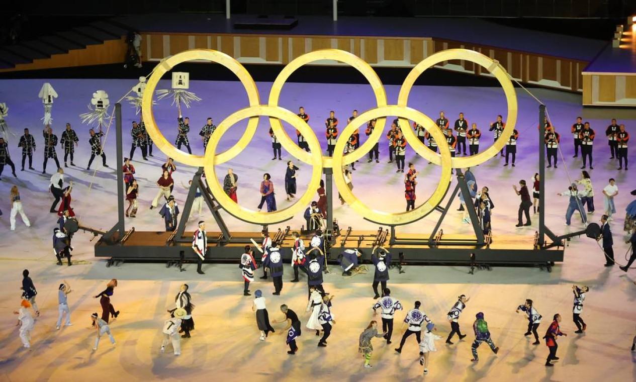 Anéis olímpicos feitos com madeira de árvores plantadas nos Jogos de 1964, também em Tóqui, são apresentados durante cerimônia Foto: MARKO DJURICA / REUTERS