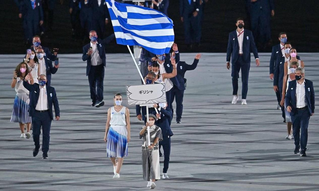 A porta-bandeira da Grécia Anna Korakaki e o porta-bandeira da Grécia Eleftherios Petrounias. A delegação da Grécia é tradicionalmente uma das primeiras a entrar Foto: BEN STANSALL / AFP