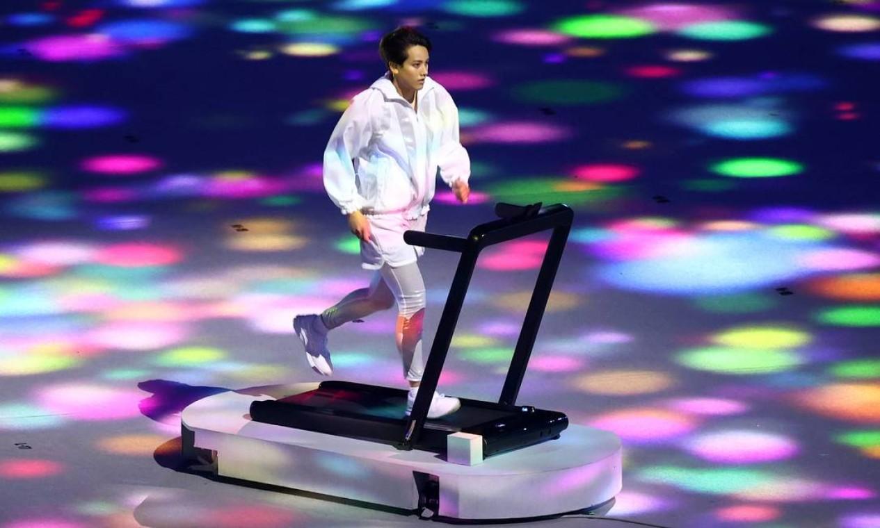 Atleta correndo em esteira representa o sacrifício dos atletas de alto desempenho que treinaram em casa para manter a forma durante o confinamento adotado para conter a disseminação da Covid-19 Foto: MIKE BLAKE / REUTERS