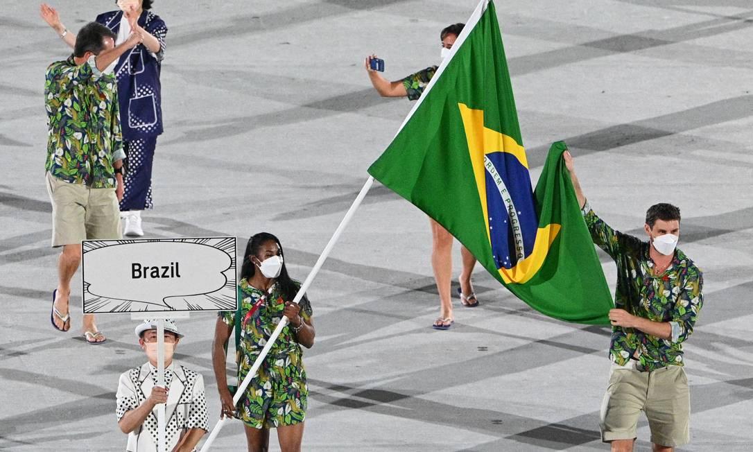 Os porta-bandeiras Ketleyn Quadros e Bruninho foram os únicos representantes do Brasil no desfile na cerimônia de abertura Foto: MARTIN BUREAU / AFP