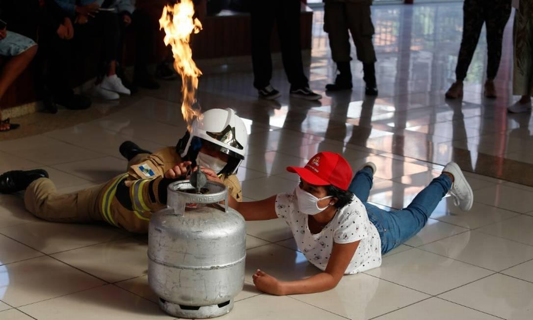 Adolescente participa de treinamento no quartel central dos bombeiros Foto: Fabiano Rocha / Agência O Globo