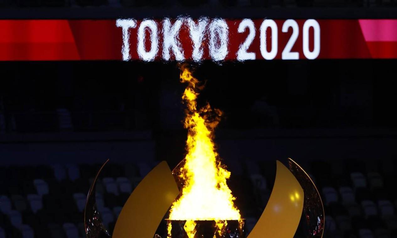 Simbolizando uma flor de cerejeira no topo do Monte Fuji, a pira olímpica é acesa ao final da cerimônia Foto: PHIL NOBLE / REUTERS