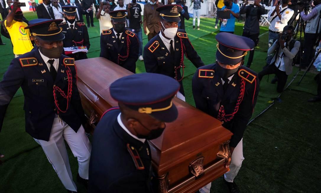 Carregadores em trajes militares montam guarda ao redor do caixão do ex-presidente haitiano Jovenel Moïse, assassinado no começo de julho Foto: RICARDO ARDUENGO / REUTERS