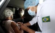 Idosa recebe vacina contra a Covid-19 no Parque Madureira Foto: Fabiano Rocha/06-02-2021 / Agência O Globo