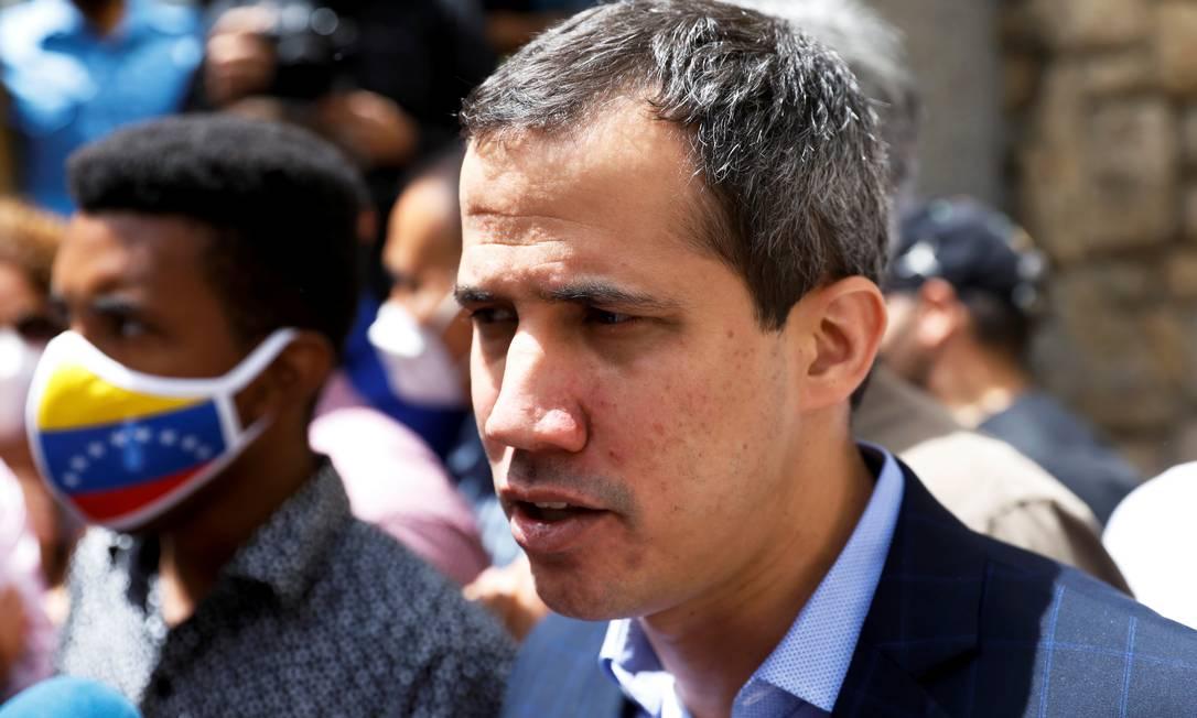 Líder da oposição venezuelana, Juan Guaidó, fala com a imprensa em Caracas, no dia 12 de julho Foto: LEONARDO FERNANDEZ VILORIA / REUTERS
