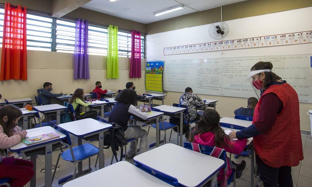 Com distanciamento, crianças fazem aula de reforço durante as férias em São Paulo Foto: Edilson Dantas / Agência O Globo