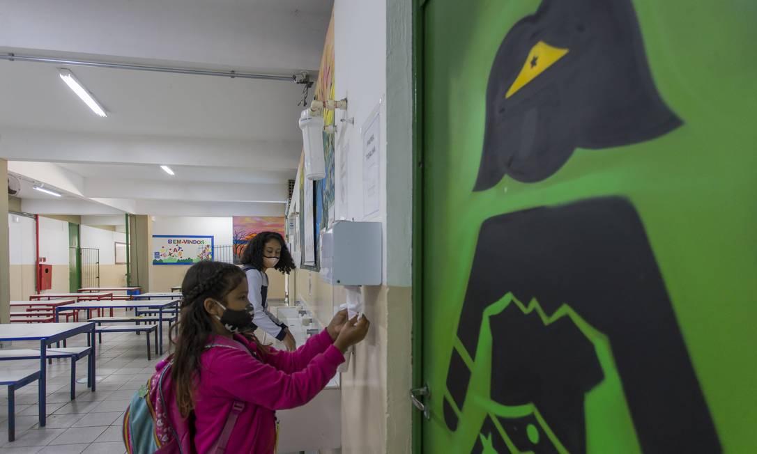 Alunos higienizam a mão na Escola estadual Dom Agnelo Cardeal Rossi, em São Paulo Foto: Edilson Dantas / Agência O Globo