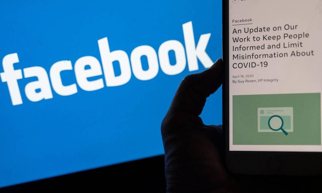 Celular aberto em página do Facebook dedicada a conter desinformações sobre a Covid-19 na rede social Foto: ANDREW CABALLERO-REYNOLDS / AFP