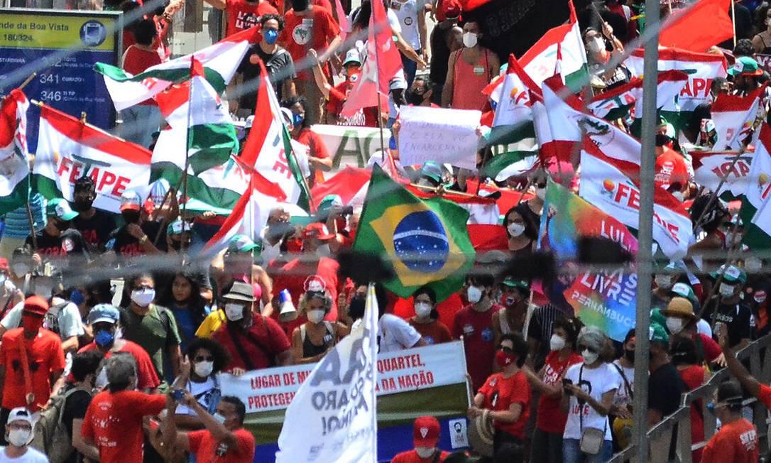 Manifestantes em Recife (PE) protestam contra as ações do governo federal diante da pandemia da Covid-19 Foto: Genival Paparazzi/Agência Enquadrar / Agência O Globo
