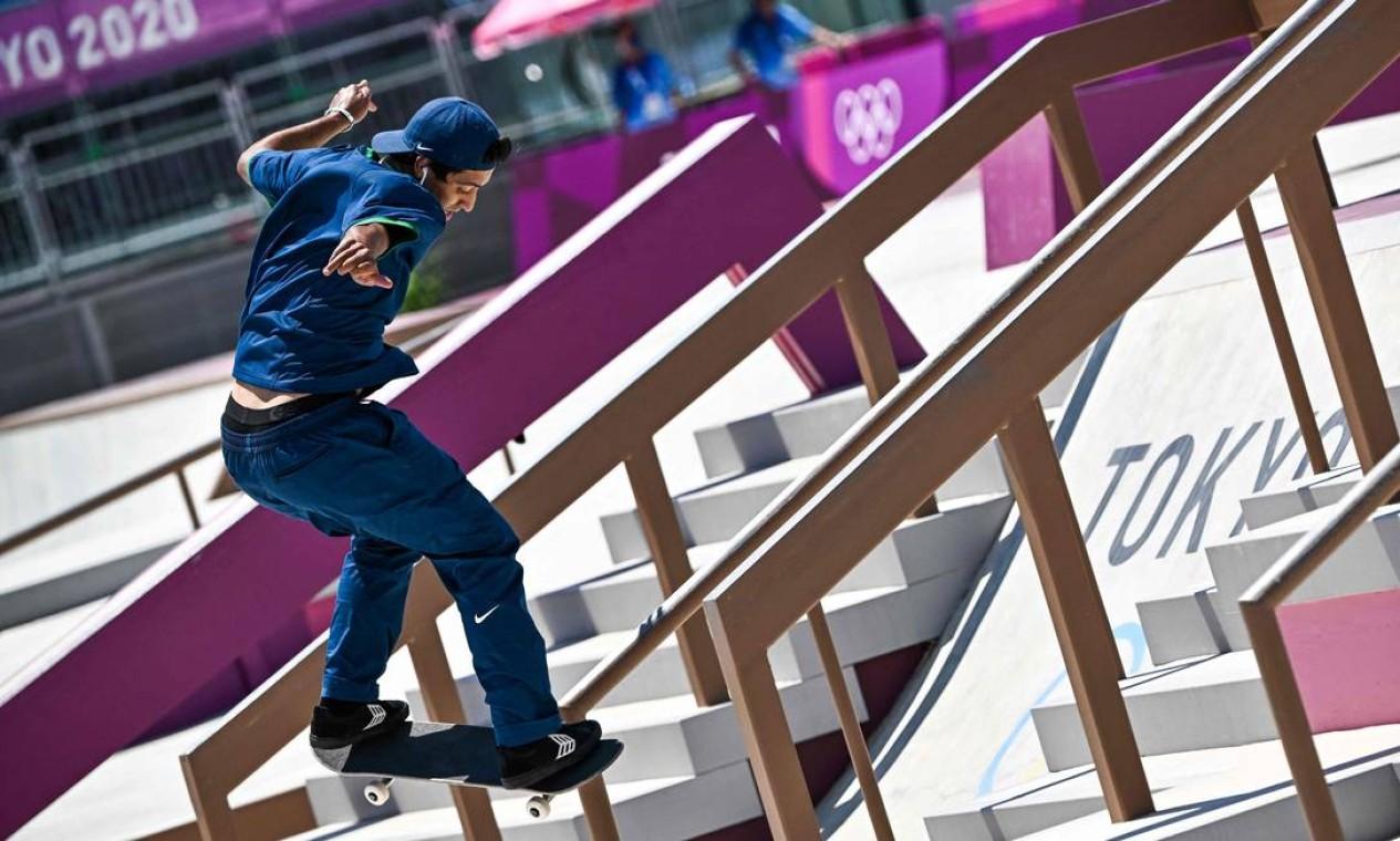 O brasileiro Kelvin Hoefler durante a conquista da medalha de prata, em Tóquio Foto: JEFF PACHOUD / AFP