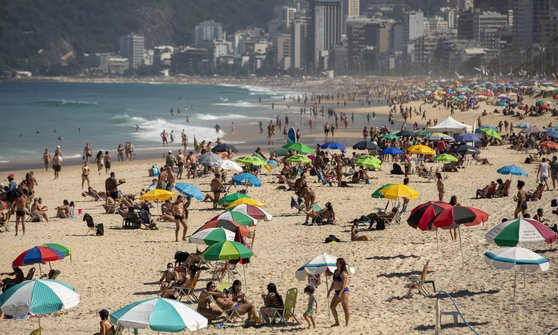 A Praia de Ipanema reunia muitos banhistas neste domingo de sol. Foto: Ana Branco / Agência O Globo