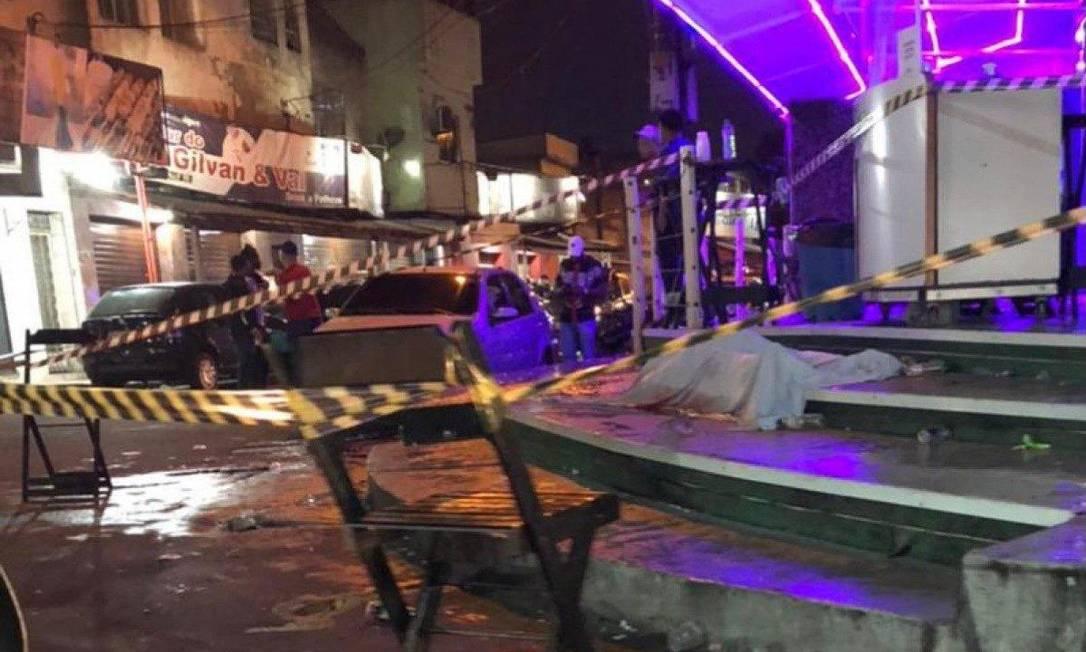 A área onde o corpo do homem baleado estava foi isolada Foto: Reprodução / Facebook