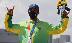 Kelvin Hoefler comemora na final olímpica do skate street: medalha de prata para o Brasil Foto: TOBY MELVILLE / REUTERS