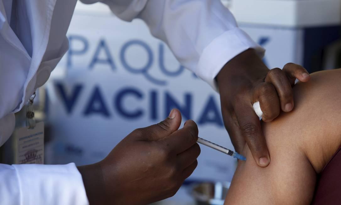 Capital fluminense interrompeu a aplicação de primeiras doses na última sexta, dia 23 Foto: FABIANO ROCHA / Agência O Globo
