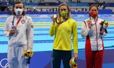 Katie Ledecky, Ariarne Titmus e Li Bingjie exibem suas medalhas Foto: MARKO DJURICA / REUTERS