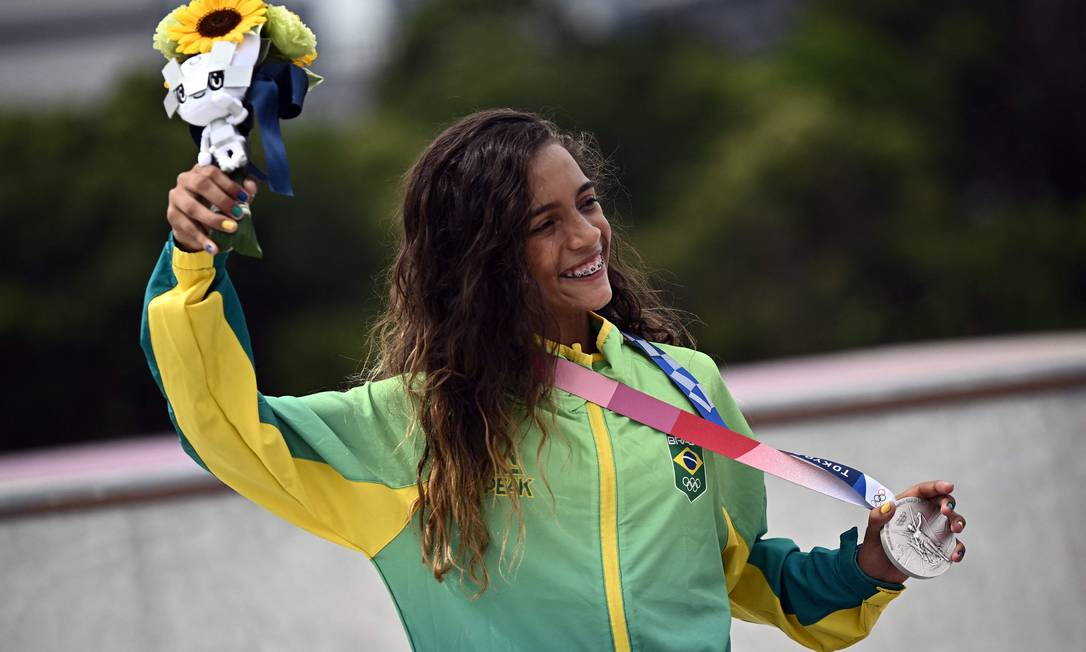 Rayssa Leal com sua medalha de prata no skate street feminino Foto: JEFF PACHOUD / AFP