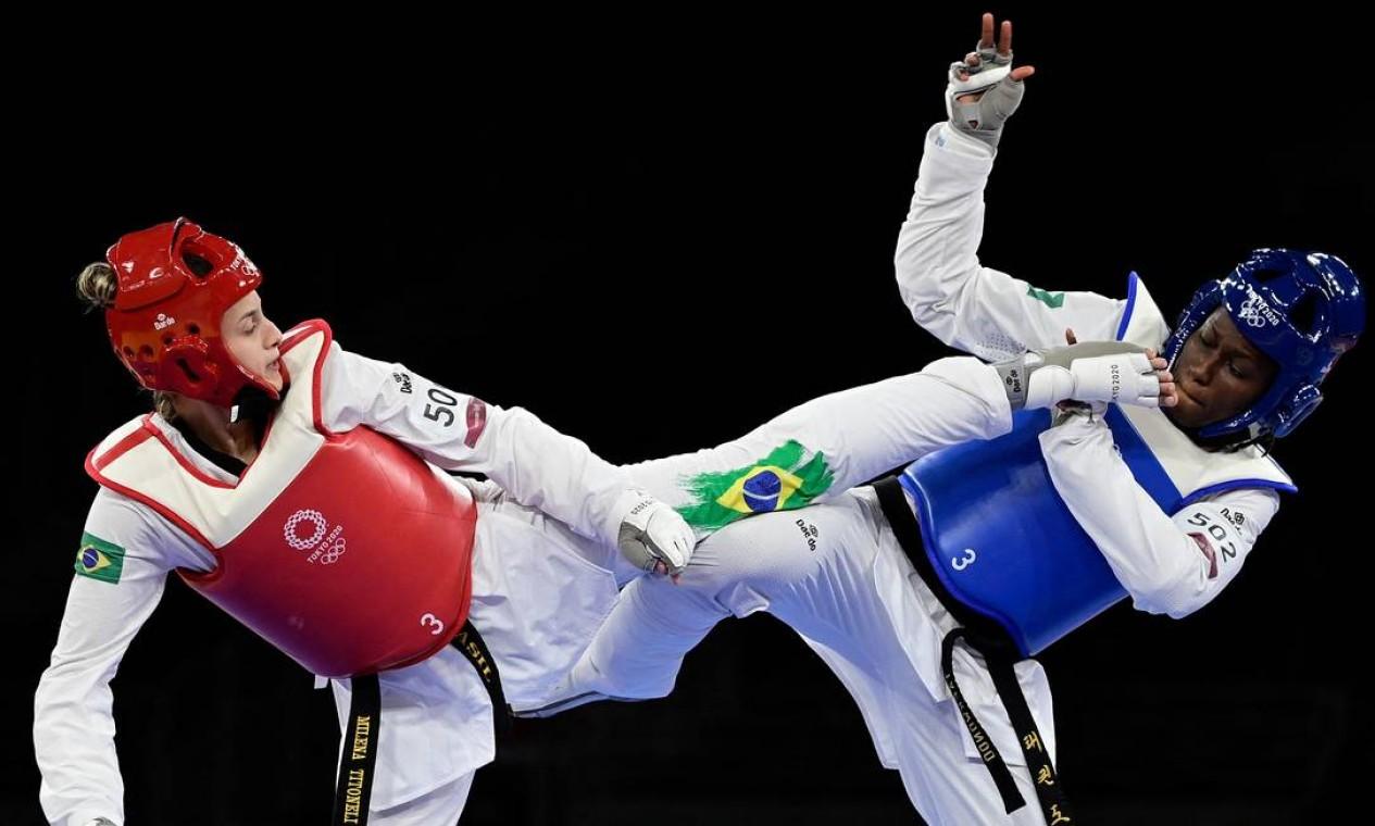 A brasileira Milena Titoneli, de 22 anos, na disputa pelo bronze no taekwondo. Acabou perdendo para a marfinense Ruth Gbagbi por 12 a 8. Estreante em Olimpíadas, Milena passou por repescagem para chegar à disputa do bronze Foto: JAVIER SORIANO / AFP