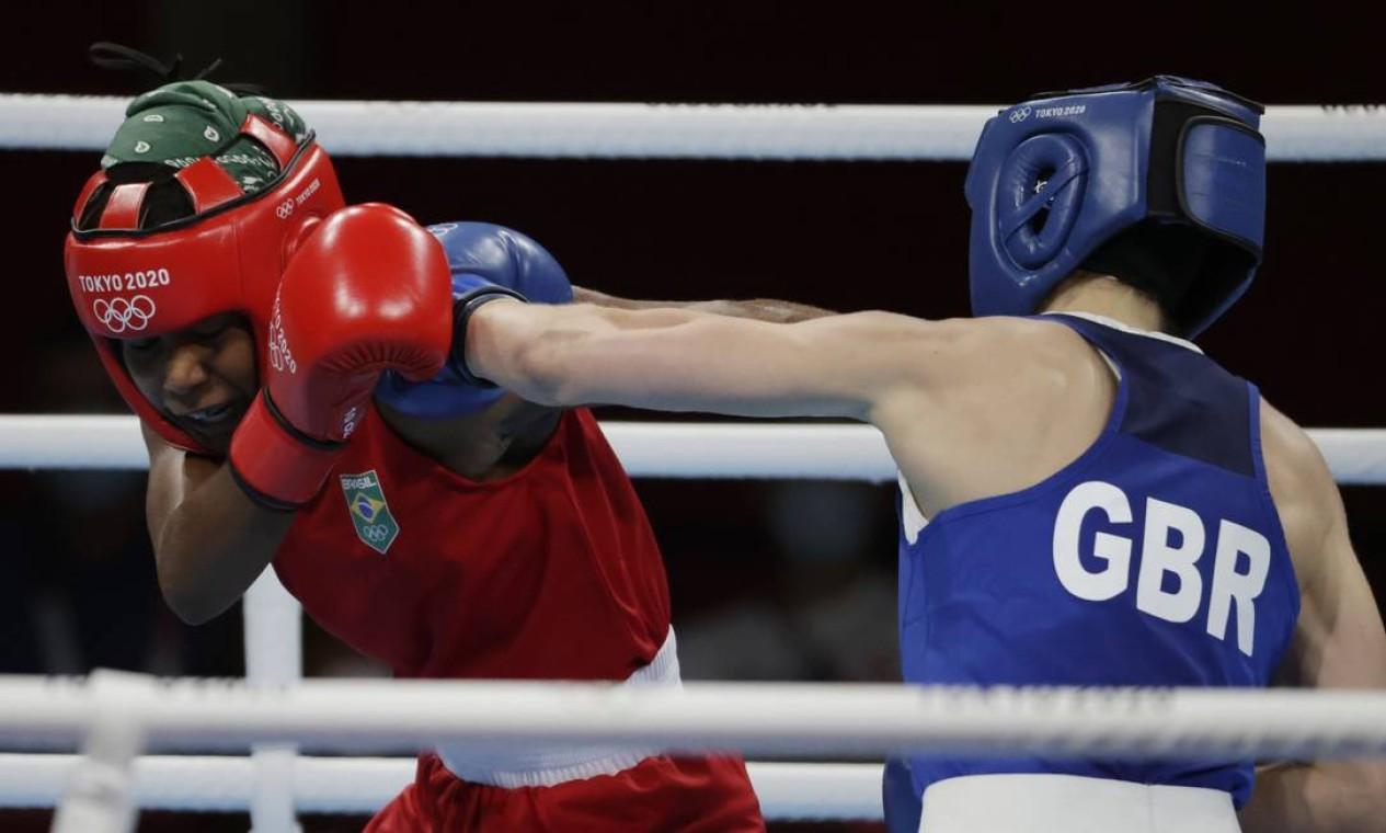 No box, Jucielen Romeu, que disputava a categoria feminina até 57 kg, foi superada nas oitavas de final pela britânica Kariss Artingstall Foto: UESLEI MARCELINO / REUTERS