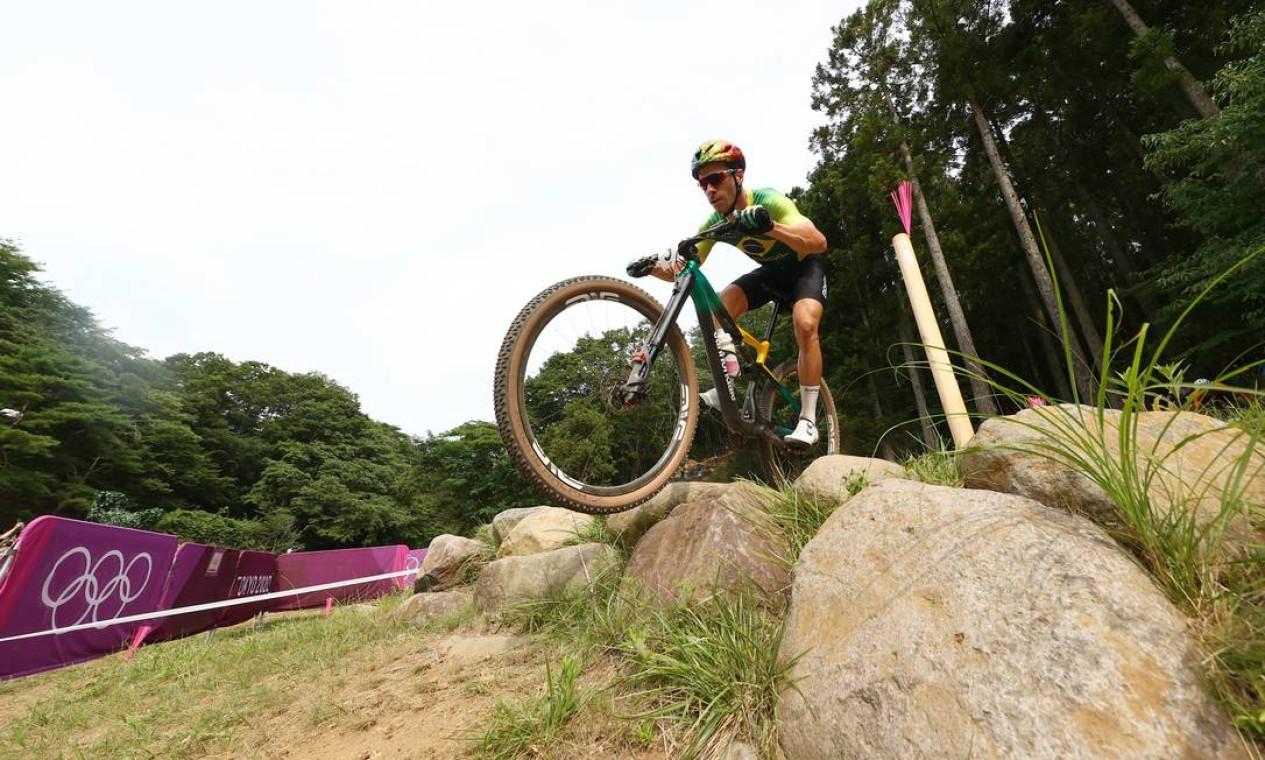 O brasileiro Henrique Avancini, aposta de medalha para o Brasil, terminou em 13º no ciclismo mountain bike. Ele chegou a liderar na primeira volta, mas perdeu o fôlego a partir da segunda e foi caindo de posição. Foto: MATTHEW CHILDS / REUTERS