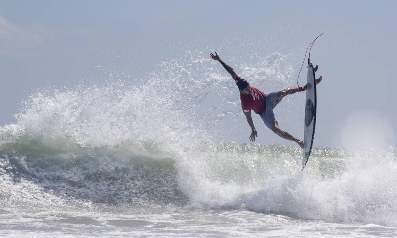 O surfista brasileiro Gabriel Medina, assim como Ítalo Silva, está na disputa das quartas de final, que acontece por volta de 19h36 e 20h12 (horário de Brasília) desta segunda-feira (26) Foto: OLIVIER MORIN / AFP