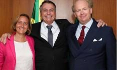 O presidente Jair Bolsonaro abraça a deputada alemã Beatrix von Storch e o marido dela, Sven von Storch Foto: Reprodução/Instagram