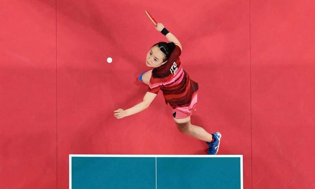 A japonesa Mima Ito saca contra as chinesas Xu Xin e Liu Shiwen em sua partida final de tênis de mesa de duplas mistas Foto: JUNG YEON-JE / AFP