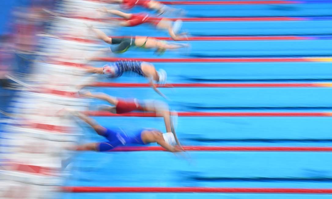 Nadadoras durante largada para a prova de natação de 200m livre feminino Foto: JONATHAN NACKSTRAND / AFP