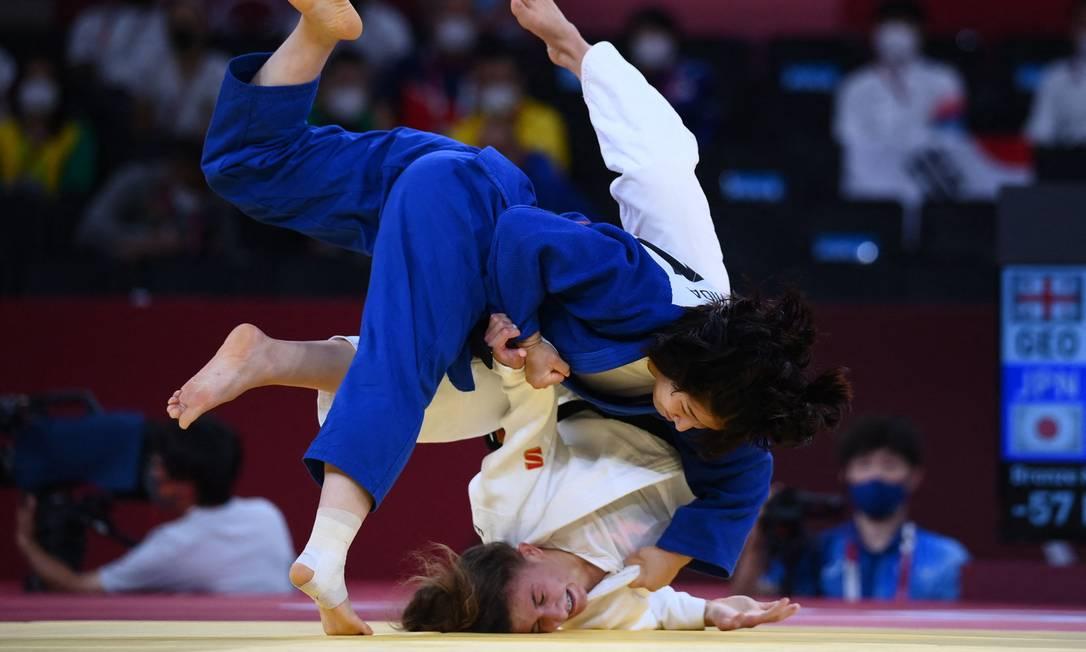 Eteri Liparteliani, da Geórgia, e Tsukasa Yoshida, do Japão, na disputa pelo bronze de judô feminino de 57kg Foto: FRANCK FIFE / AFP
