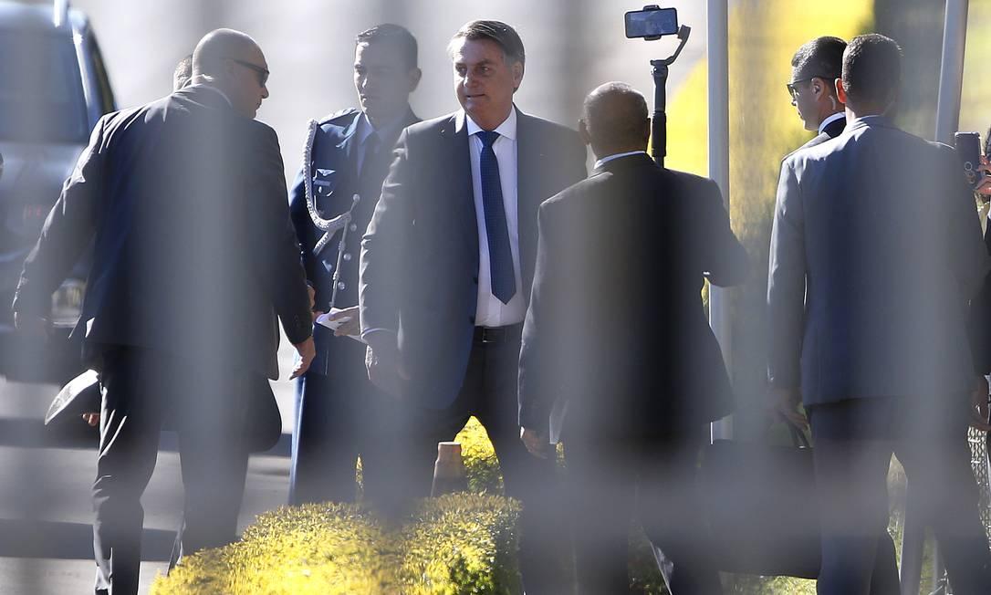 O presidente Jair Bolsonaro conversa com apoiadores no Palácio da Alvorada Foto: Cristiano Mariz/Agência O Globo