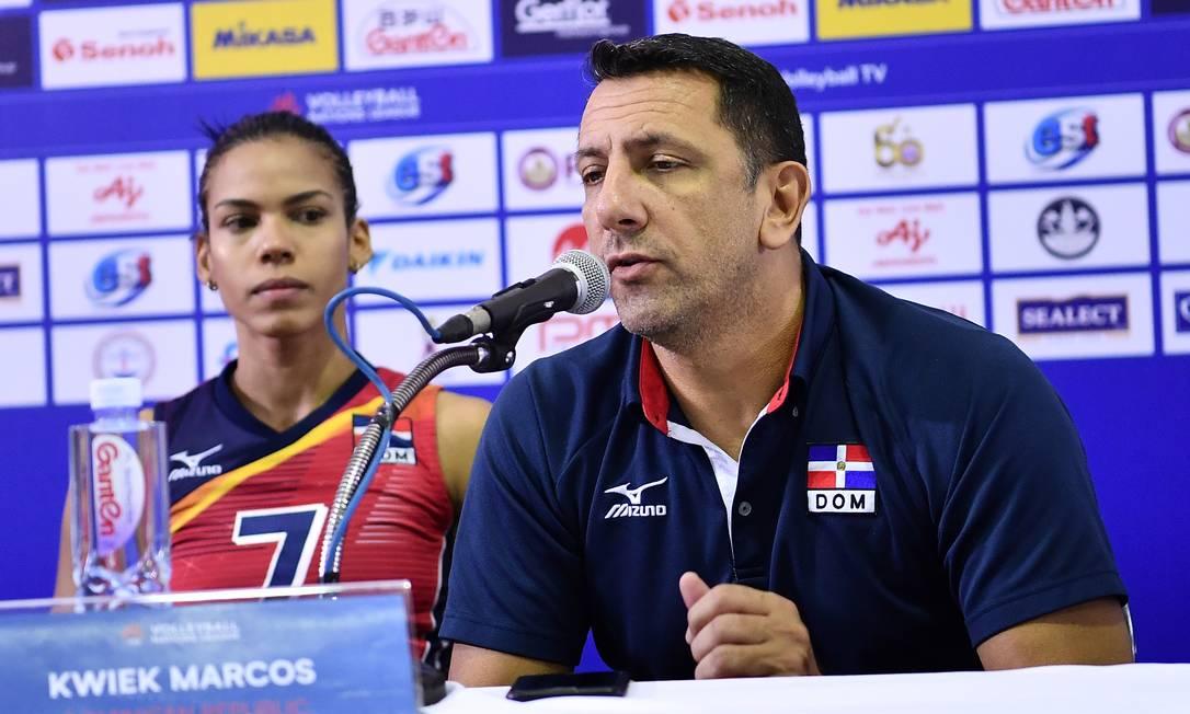 Marcos Kwiek,treina seleção dominicana há 13 anos. Imagem/Reprodução? FIVB